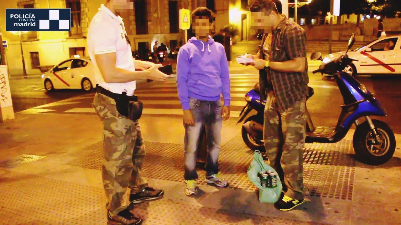 Un latero multado por los agentes de policía | POLICÍA MUNICIPAL DE MADRID