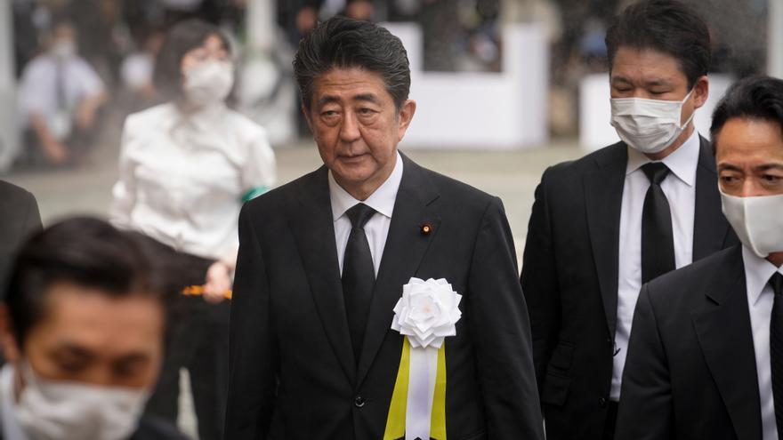 Abe vuelve al trabajo tras un chequeo y entre especulaciones sobre su salud
