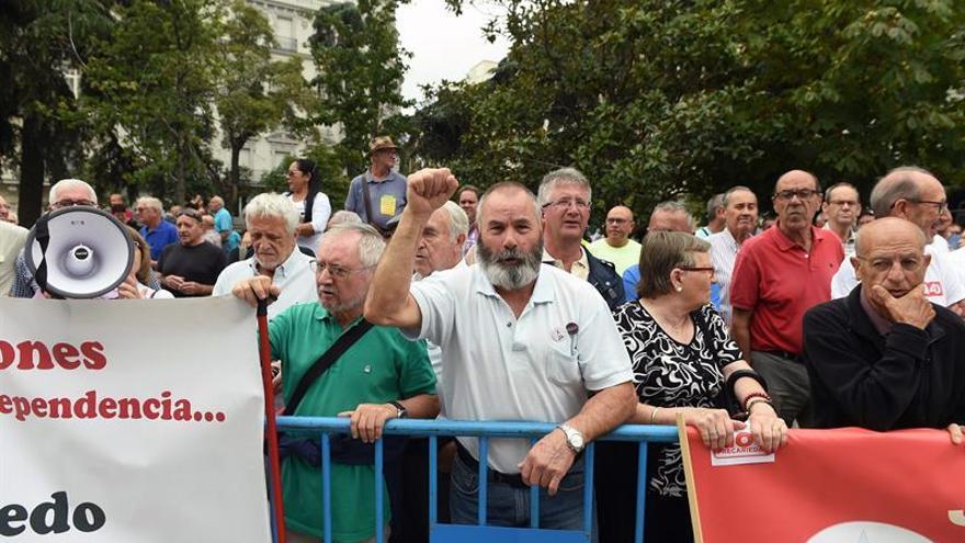 """Los pensionistas vuelven a """"rodear"""" el Congreso pese a que el pleno está reunido"""