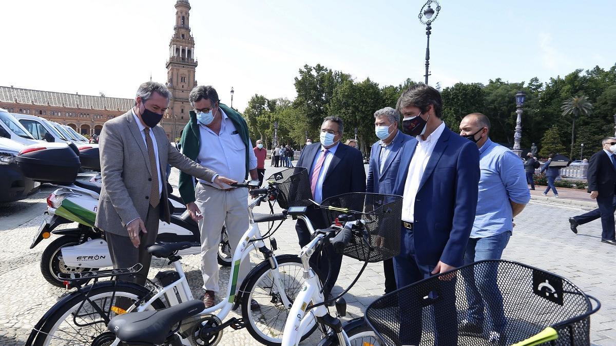 Juan Espadas, este miércoles en la Plaza de España con los nuevos vehículos para Parques y Jardines.
