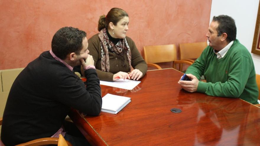 Jorge Amado Borrella, Teresa Macías y Juan Metidieri durante la reunión