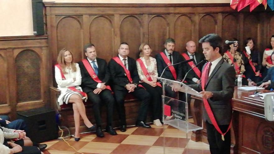 Ana Alós y José Luis Cadena (de frente a la izquierda) escuchan a Luis Felipe en su discurso de investidura