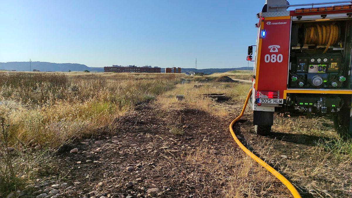 Los bomberos en un incendio de pastos, en una imagen de archivo | BOMBEROS CÓRDOBA