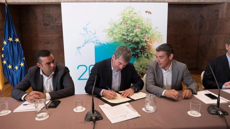 Abel Morales, viceconsejero del Sector Primario; Fernando Clavijo, presidente canario, y Narvay Quintero, consejero de Agricultura, en la cumbre agraria del 8 de junio pasado