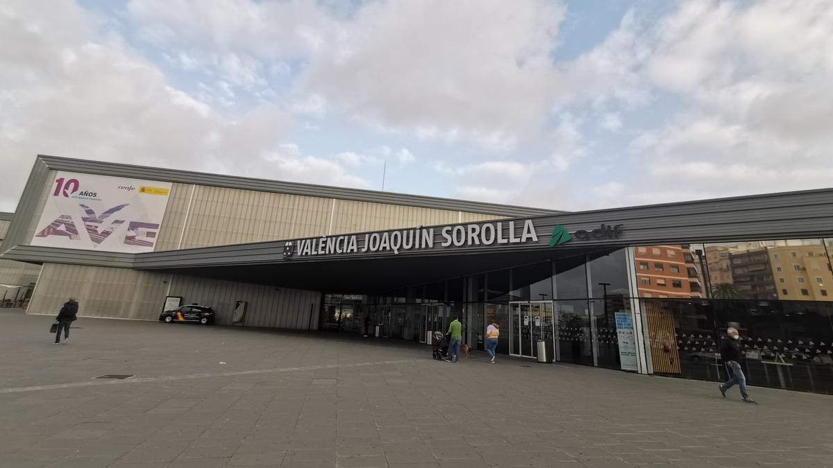 Entrada principal de la estación del AVE Joaquín Sorolla.