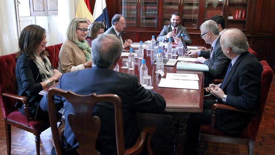 El consejero de Presidencia, Justicia e Igualdad del Gobierno de Canarias, Aarón Afonso (c), preside junto al fiscal jefe de Canarias, Vicente Garrido (de espaldas), la reunión de la comisión mixta en materia de medios materiales y personales