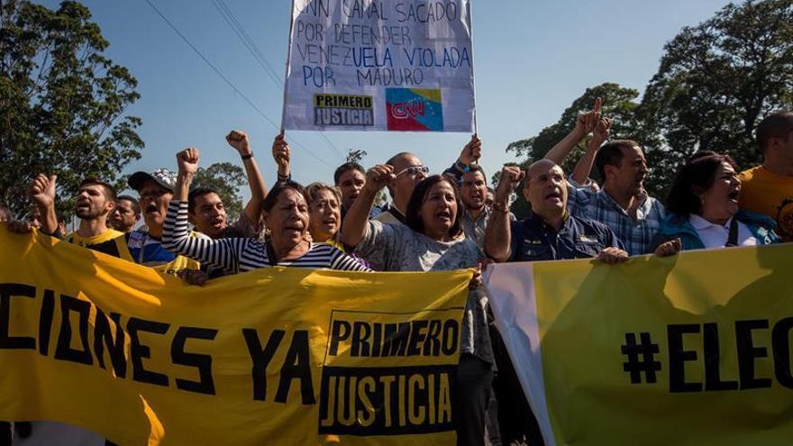 Diputados venezolanos cortan la vía principal en Caracas para exigir elecciones