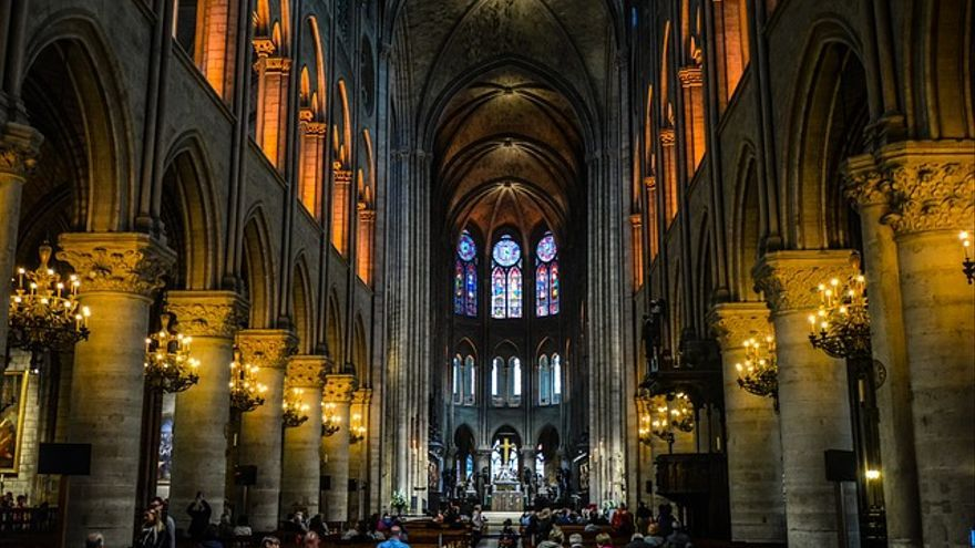 Una imagen del interior de la catedral de Notre-Dame y su altar, antes del incendio que devastó buena parte del edificio.