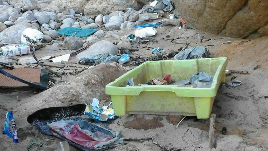 Residuos en la Playa de Valderarenas. | MÁXIMO GUTIÉRREZ