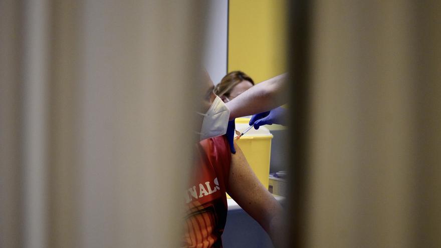 Archivo - Un hombre recibe la primera dosis de la vacuna de AstraZeneca contra la COVID-19 en Bilbao, Euskadi