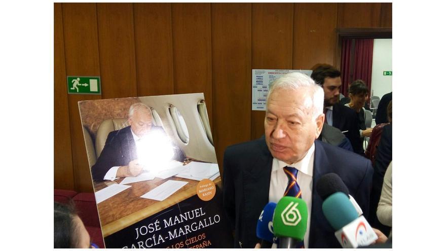 """García-Margallo en Alicante atiende a los medios antes de presentar su libro """"Todos los cielos conducen a España"""""""