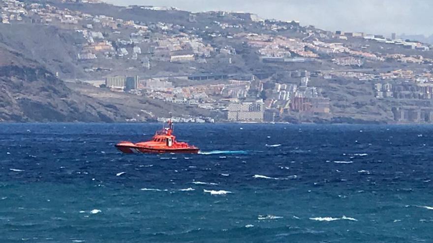 Embarcación de Salvamento Marítimo desplazada a la costa afectada por la contaminación en el Valle de Güímar
