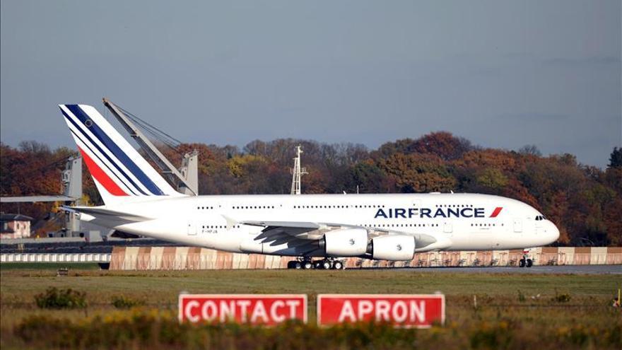 """Air France KLM impondrá """"lo antes posible"""" dos personas en la cabina de avión"""