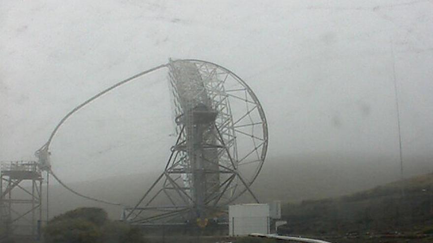 Imagen del telescopio Magic situado en el obervatorio de El Roque captada esta mañana de la webcam del IAC