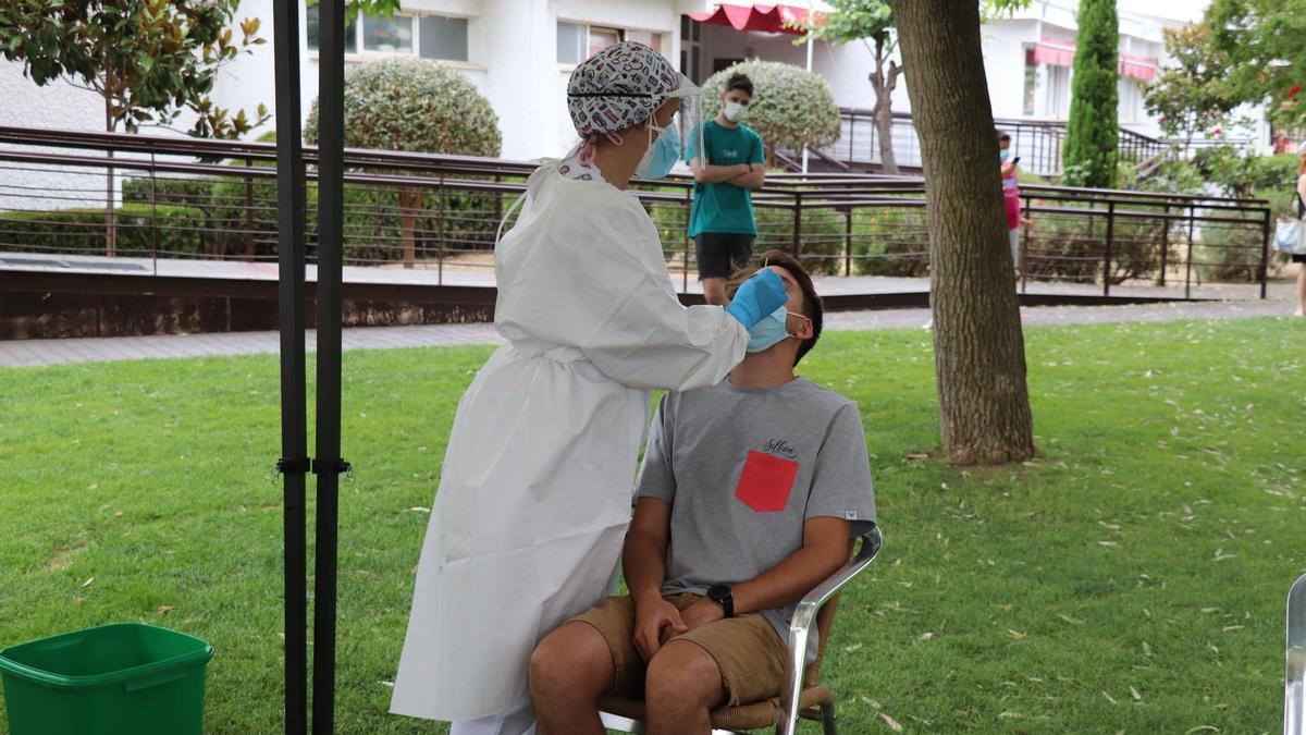 Una sanitaria realiza una PCR a un joven en Villanueva de la Serena (Badajoz)