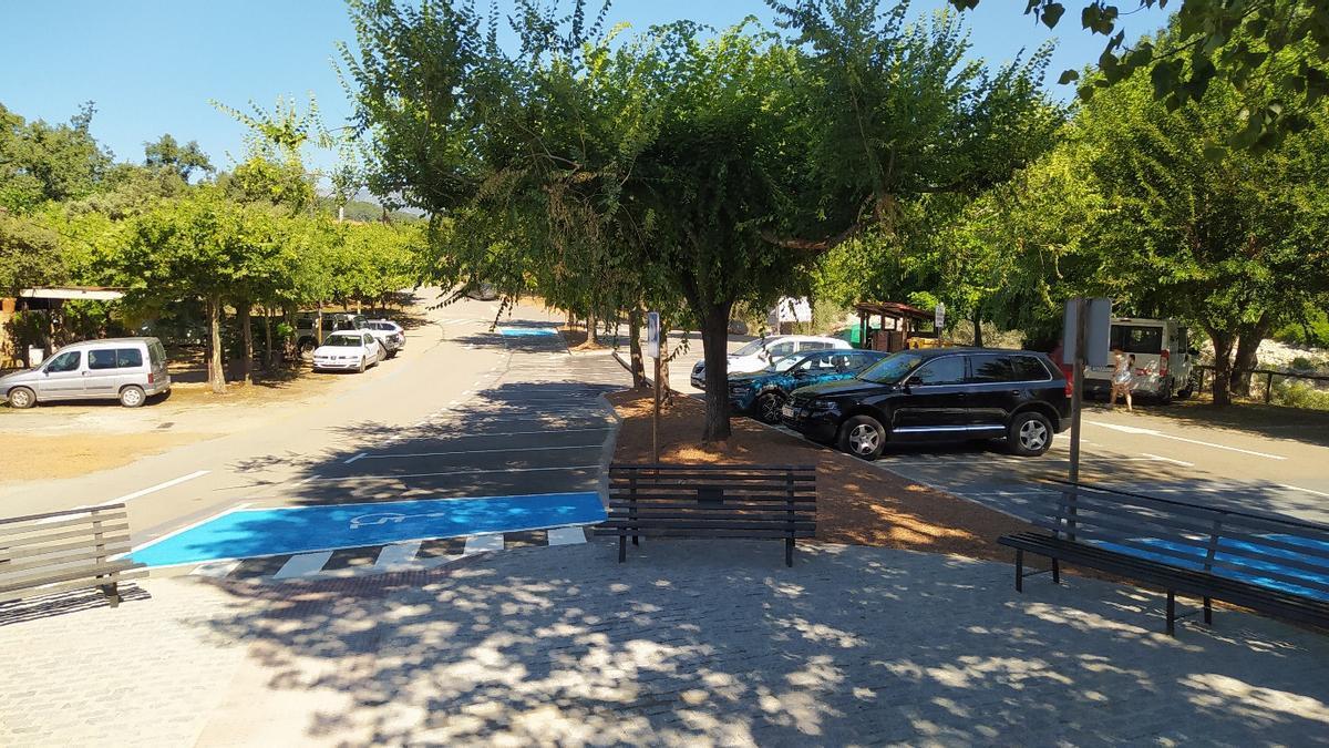 Así ha quedado la zona para aparcar junto a la garganta verata de Alardos