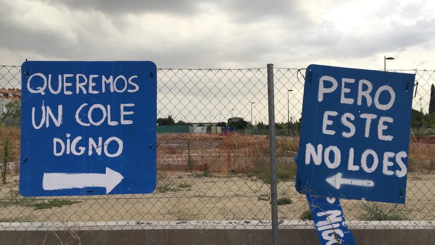 Pancartas colocadas en la valla del CEIP Miguel de Cervantes (Getafe)