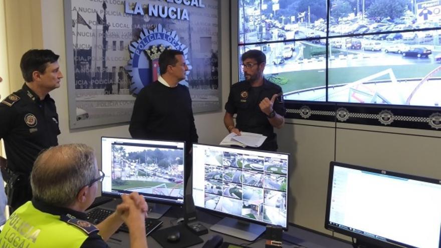 El alcalde de La Nucía, el popular Bernabé Cano, en el centro.