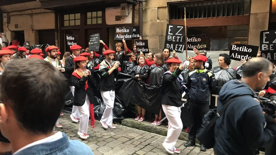 Mujeres protestan contra el alarde igualitario de Hondarribia