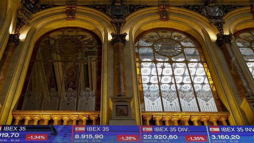 El IBEX 35 minimiza las caídas (0,02 %) e intenta recuperar los 8.900 puntos