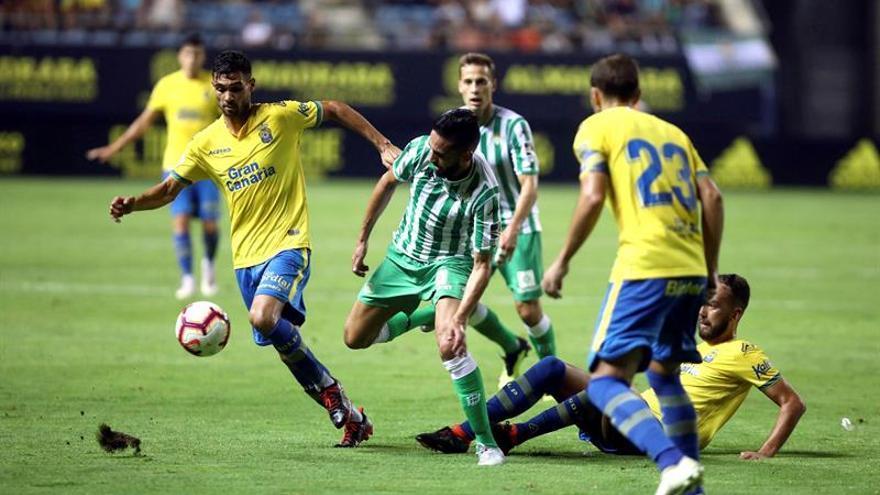 El jugador del Real Betis Boudebouz (2-i) pelea un balón con Benito (i)
