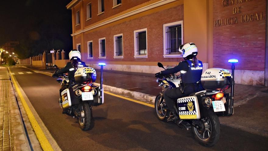 Dos agentes de la Policía Local de Valencia patrullan en motocicleta.