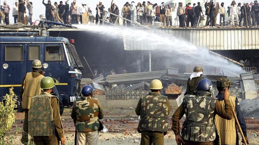Dos personas mueren tras una operación para detener a un gurú en la India