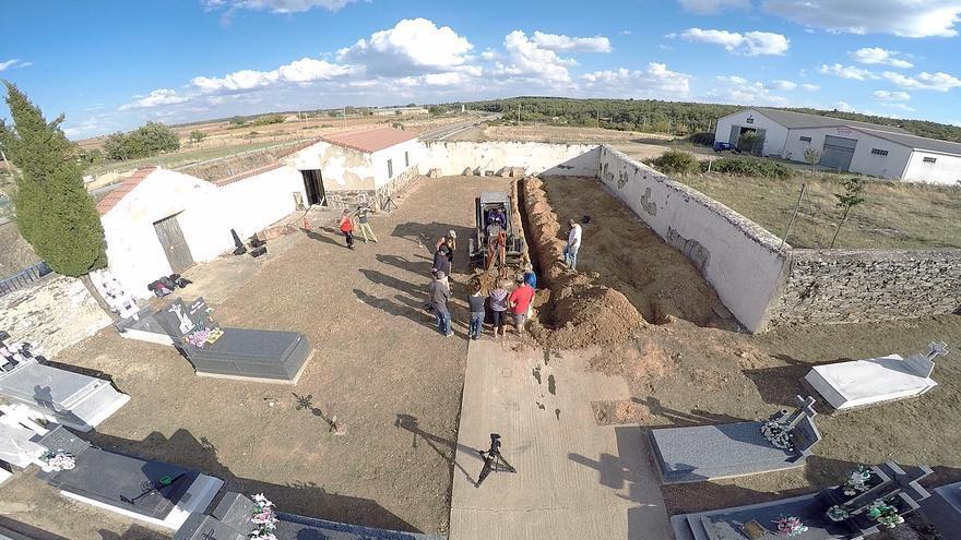 Fotograma del documental 'La desmemoria de España' que muestra una exhumación. / Ebano Media