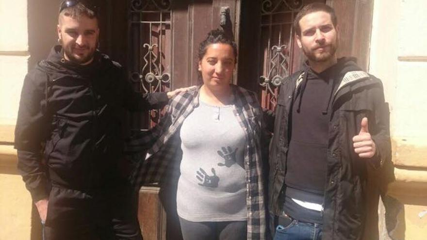 Rosa con miembros de Espai Veïnal Cabanyal tras lograr frenar su desahucio