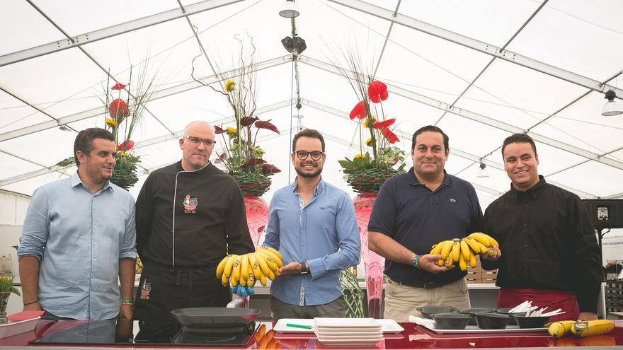 Autoridades y chefs muestran uno de los productos estrellas: el plátano.