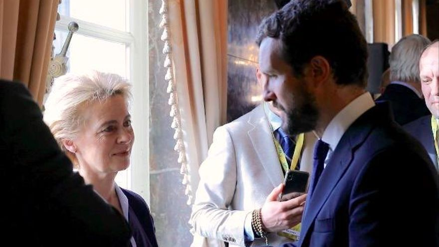 El presidente del PP, Pablo Casado, con la presidenta de la Comisión Europea, Ursula von der Leyen, en Bruselas, el pasado 12 de diciembre de 2019.