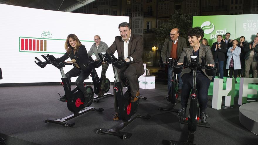 Esteban y otros candidatos del PNV, en bicicletas estáticas en el arranque de la campaña electoral