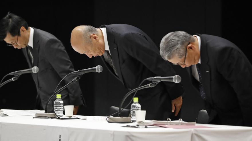 El presidente de Dentsu, Tadashi Ishii, junto a otros dos altos cargos de la empresa, piden perdón públicamente por el suicido de una de sus trabajadoras por exceso de trabajo.