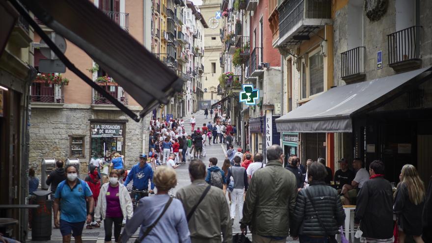 Un grupo de personas pasea por las calles de Pamplona