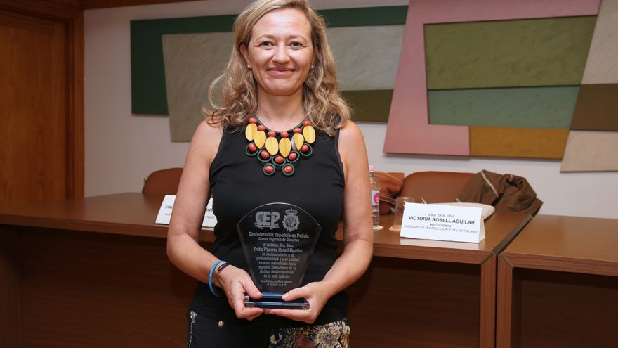 Victoria Rosell, con la placa que le entregó el CEP. (ALEJANDRO RAMOS)