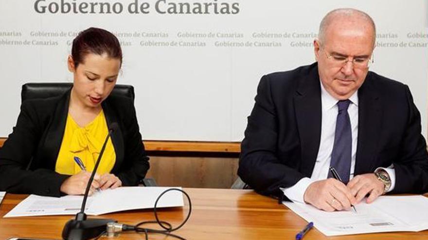 Pedro Alfonso, junto a la vicepresidenta del Gobierno de Canarias, Patricia Hernández.