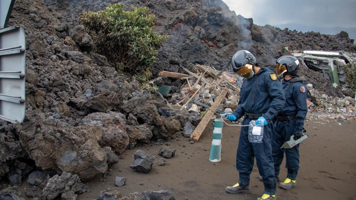 Miembros de la UME midiendo los gases emanados por el volcán