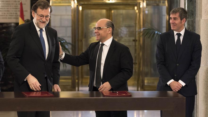 El presidente del Gobierno, Mariano Rajoy (i), el del Gobierno canario, Fernando Clavijo (d) y el secretario general de CC, José Miguel Barragán (c).