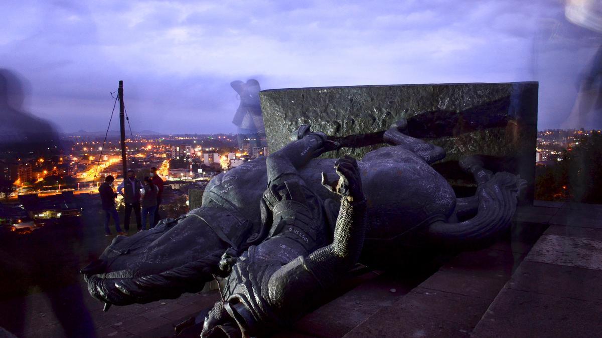 Fotografía del monumento de Sebastián de Belalcázar que fue derribado por comunidades indígenas el año pasado en Popayán, Colombia