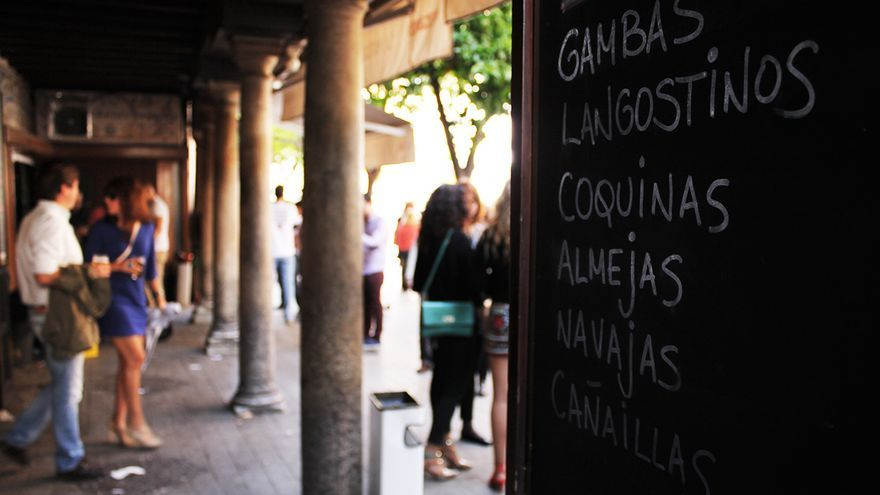 La Antigua Bodeguita en la Plaza de El Salvador de Sevilla. / JUAN MIGUEL BAQUERO