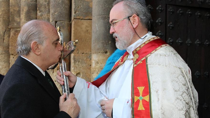 El ministro del Interior, Jorge Fernández Díaz, besando una cruz en Fitero. (EFE).