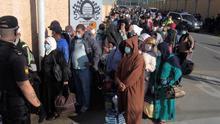 Un policía nacional vigila el proceso de repatriación de varios marroquíes en el paso fronterizo del Tarajal, en Ceuta, este viernes.