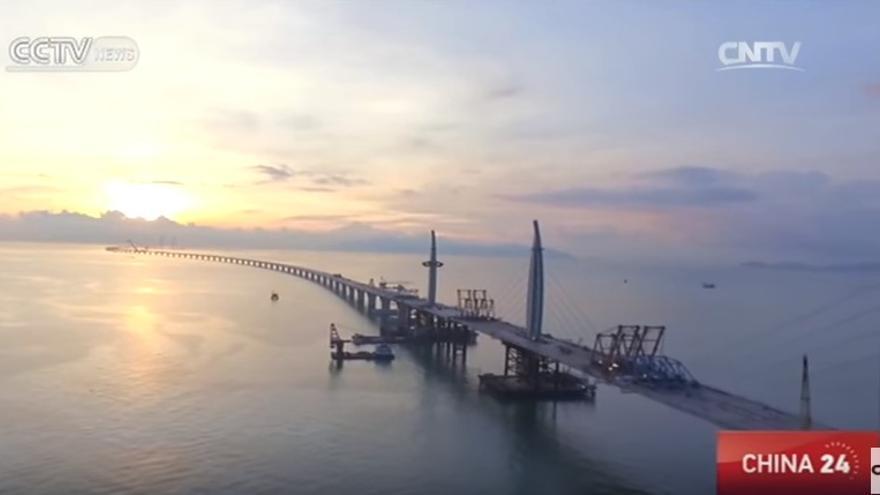 El puente sobre el río de las Perlas entre Hong Kong y Macau y Zhuhai