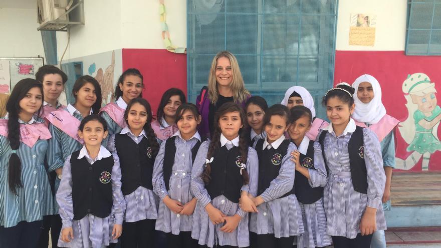 Raquel Martí, en el centro, en un colegio palestino administrado por la UNRWA.