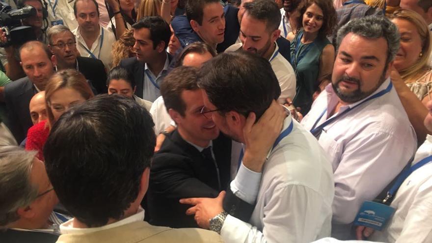 Asier Antona y Pablo Casado se saludan tras ser elegido el segundo presidente del Partido Popular