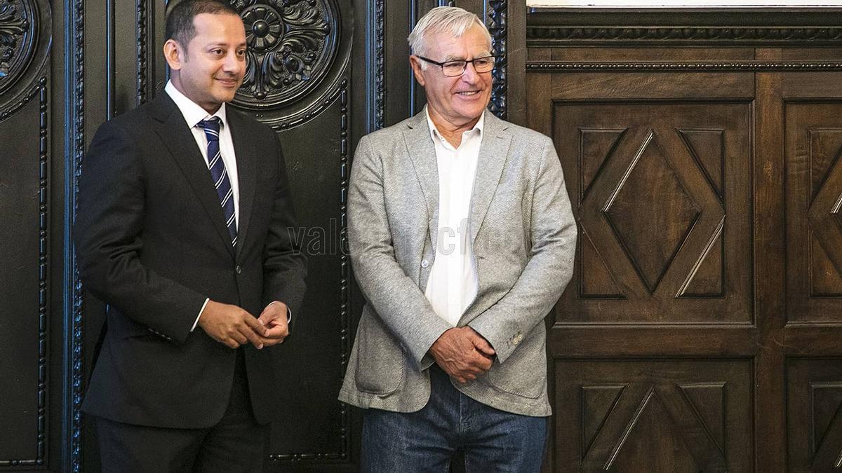 El alcalde de València, Joan Ribó, amb el president del València CF, Anil Murthy.