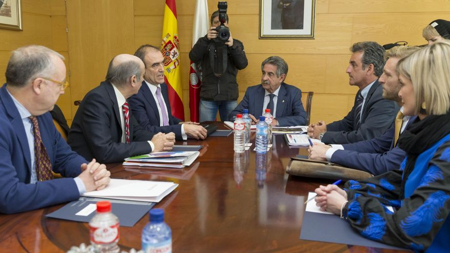 Un momento de la reunión presidida por Revilla en la sede del Gobierno de Cantabria. | Miguel López
