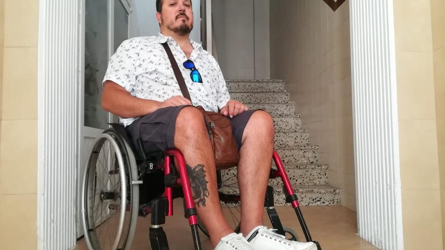 Daniel Agulló, en su patio inaccesible para la silla de ruedas.