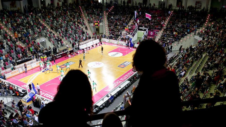 Dos aficionadas miran hacia el parqué en el interior del Telekom Dome de la ciudad de Bonn. Telekom Basquets Bonn