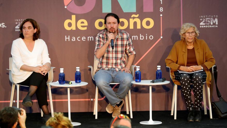 El líder de Podemos Pablo Iglesias, con las alcaldesas de Barcelona, Ada Colau, y de Madrid, Manuela Carmena, en un acto de la universidad de otoño de Podemos.